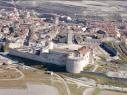 Vista aérea del castillo desde el lado Oeste con la muralla antes de la restauración