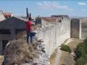 Tramo de la  muralla desde la explanada del Castillo a la torre de Las Cuevas antes de su restauración.