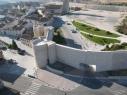 Vista exterior de la muralla junto a la rotonda del castillo. Zona de acceso para vehículos.