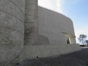Muralla y contramuralla junto a la rotonda del castillo.