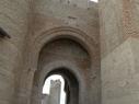 Vista desde exterior de la Puerta de San Basilio. Detalle de los arcos