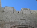 Vista de los tres escudos que coronan el exterior de la puerta de San Basilio