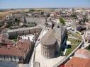 Vista aérea de la iglesia de San Esteban. Al fondo la muralla junto a la puerta de San Martín