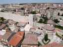 Vista aérea de la muralla junto al ábside de Santiago