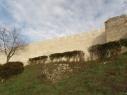 Vista exterior de la muralla junto a la puerta de Las Cuevas