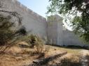 Vista exterior de la muralla junto a  la torre de Las Cuevas