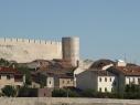 Vista de la muralla y la torre de Santiago